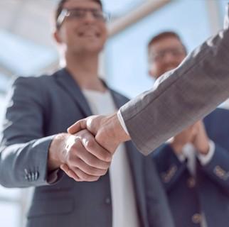 2 businessmen shake hands